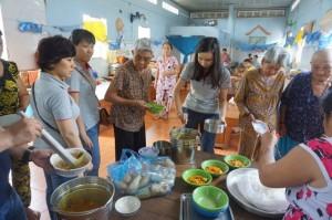 Các bạn học viên, nhân viên Smart Train tự tay nấu bữa ăn chay mời các cụ già