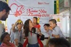 Vui chơi cùng các em nhỏ mồ côi tại mái ấm chùa Kim Phước
