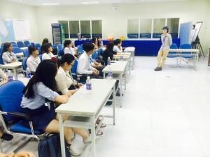 Các bạn sinh viên hết sức chăm chú lắng nghe phần chia sẻ thông tin hữu ích của các anh chị đến từ Suntory PepsiCo
