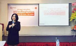 Bà Biện Thị Hằng Nga – Trưởng Ban Đối ngoại ACCA Việt Nam gửi lời chúc mừng đến các bạn sinh viên xuất sắc được nhận học bổng