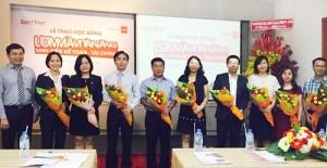 Ông Phạm Ngọc Hoàng Thanh trao tặng hoa cho đại diện các đơn vị đã đồng hành cùng Smart Train trong chương trình học bổng