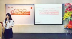 Bạn Đinh Thu Trang,sinh viên Khoa Kế toán – Kiểm toán trường ĐH Kinh tế – Luật phát biểu cảm xúc khi nhận suất học bổng 100%