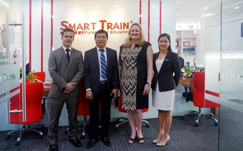 Đại diện IIA và Smart Train chụp hình lưu niệm