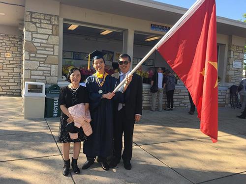 Cha mẹ của Quang Liêm đã từ VN sang Mỹ để tham dự lễ tốt nghiệp của anh. Ảnh: Facebook của Quang Liêm