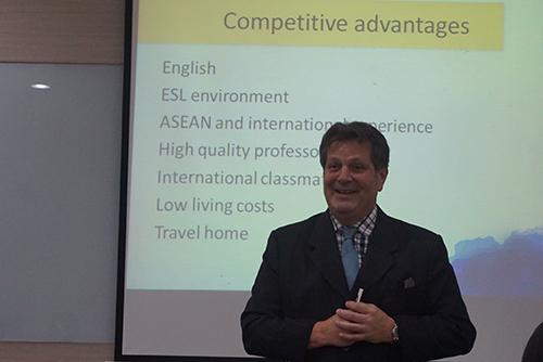 Tiến sĩ Scott Hipsher – Đại diện trường Đại học Webster (Mỹ) – Phân viện Thái Lan (WUT) chia sẻ thông tin chương trình du học
